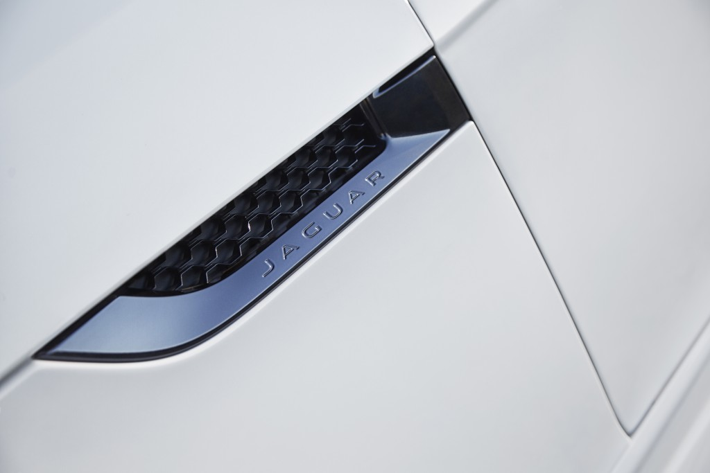 Jag_FTYPE_16MY_AWD_R_Glacier_White_Image_191114_12_98635